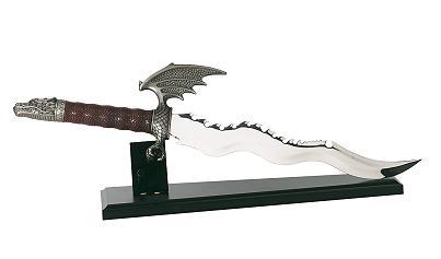 F l a m m e n d o l c h mit Drachenkopf  Mit Holzständer. Gesamtlänge 55 cm Klingen aus 420 rostfreiem Stahl gehärtet.