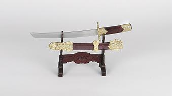 Dekorations - Samuraischwerter  mit rostfreien Klingen. Die Griffe und die Scheiden sind reich verziert. Jeder Tanto wird mit einem Kunststoffständer geliefert.     A784088 Gesamtlänge 24 cm  A783354 Gesamtlänge 29 cm  Klingen aus 420 rostfreiem Stahl gehärtet.